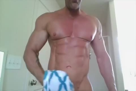 Bodybuilder Showers On cam